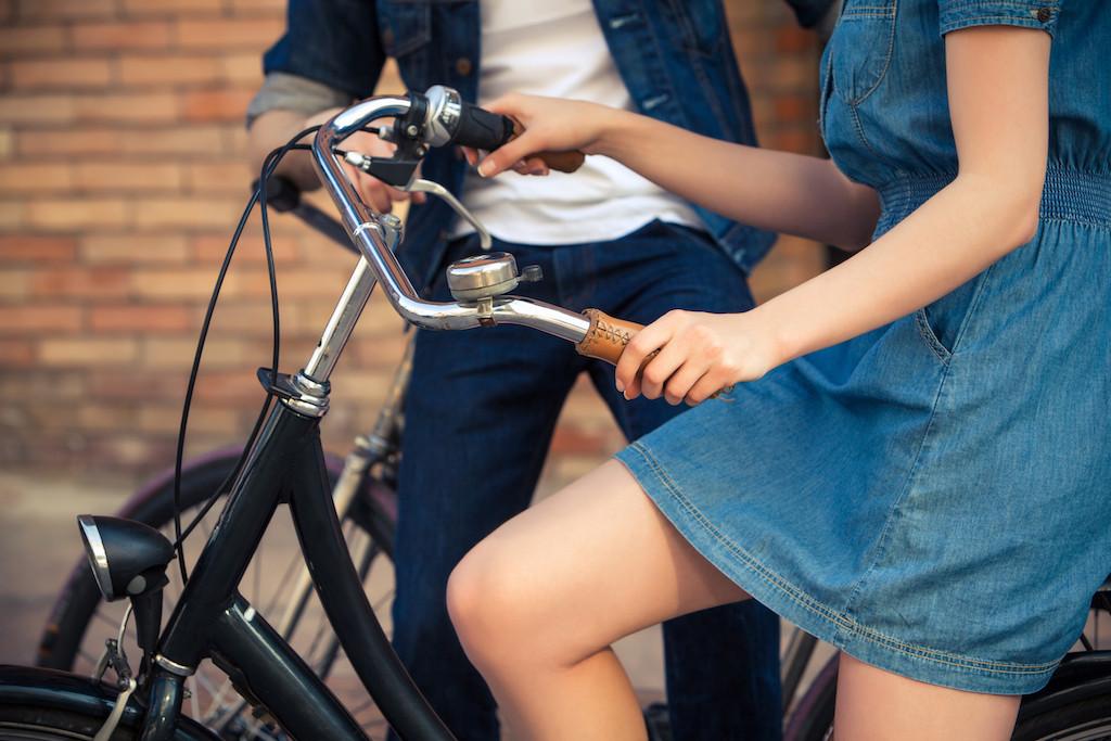 Danskerne elsker at cykle. Vi kaster os i sofaen, hver sommer, når der er Tour de France i tv'et, og bortset fra hollænderne er danskerne det folk i verden, der cykler allermest. Fire På Stribe skriver musikalske postkort - eller soundtracks - til danskernes liv, og med i samlingen hører naturligvis en sang om at cykle - og hvad der kan ske, mens man gør det.